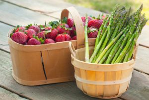 strawberries-and-asparagus-in-baskets-horiz_d09xdb